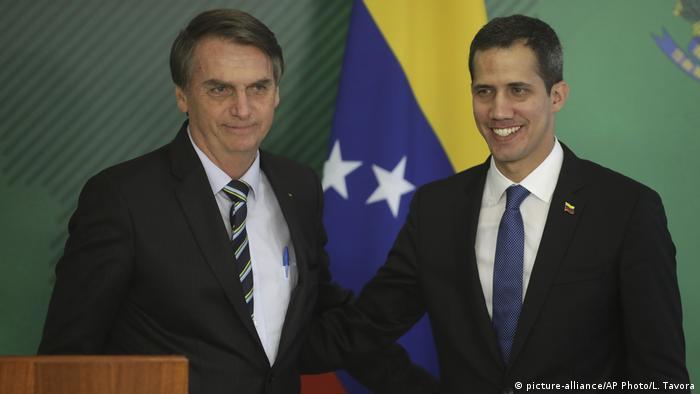 Governo de Jair Bolsonaro reconhece Juan Guaidó (dir.) como legítimo presidente da Venezuela