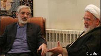 مهدی کروبی (راست) به همراه میرحسین موسوی
