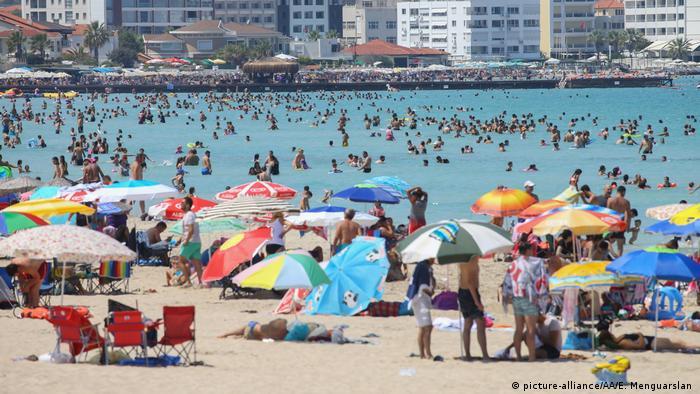 Türkei Badeurlauber am Strand in Izmir