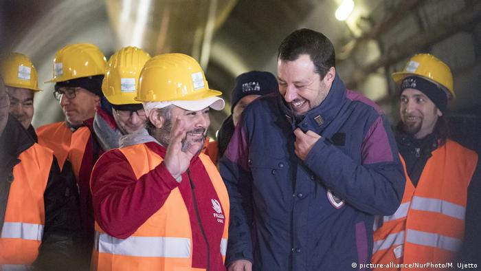 Matteo Salvini with rail workers (TAV) (picture-alliance/NurPhoto/M. Ujetto)