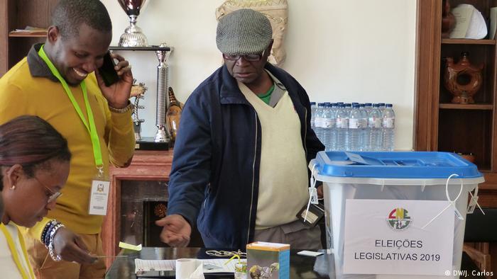 Portugal Wähler stimmen in in Lissabon zu den Parlamentswahlen in Guinea-Bissau (DW/J. Carlos)