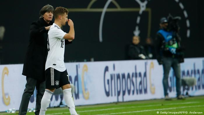 Fussball Deutschland vs Russland l Joshua Kimmich und Joachim Löw (Getty Images/AFP/O. Andersen)