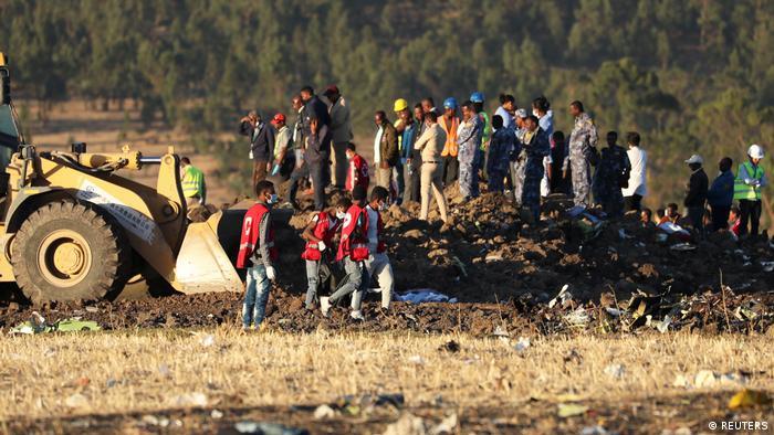 Äthiopien Flugzeugabsturz Bergungsarbeiten (REUTERS)