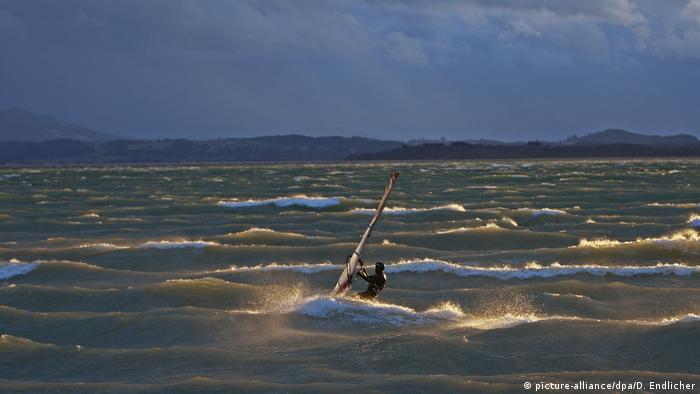 BdTD Deutschland Surfer im Abendlicht (picture-alliance/dpa/D. Endlicher)