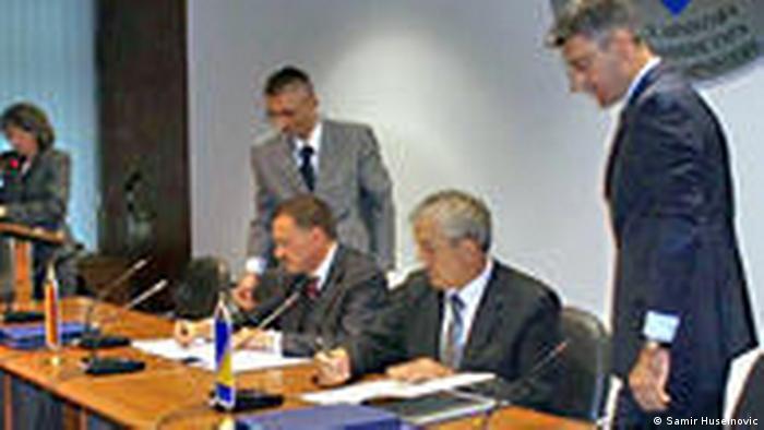 Deutscher Botschafter in Bosnia Joachim Schmidt und Bosnische Finanzminister Dragan Vrankic (Samir Huseinovic)