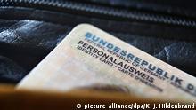 ARCHIV - ILLUSTRATION- Ein deutscher Personalausweis ragt am 26.09.2014 in Kaufbeuren (Bayern) aus einer Geldbörse. Angesichts der Brexit-Debatte um einen EU-Austritt Großbritanniens interessieren sich mehr in NRWlebende Briten für die deutsche Staatsbürgerschaft. Foto: Karl-Josef Hildenbrand/dpa (zu dpa/lnw «Brexit-Debatte: Mehr Briten wollen deutschen Pass» vom 30.06.2016) +++(c) dpa - Bildfunk+++ | Verwendung weltweit