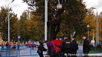 Работники милиции проверяют сумки при входе на территорию Информационного центра АЭС