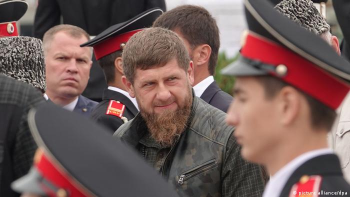 Ramzan Kadyrov in Grozny surrounded by soldiers (picture alliance/dpa)