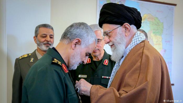 رهبر جمهوری اسلامی، علی خامنهای در حال اعطای عالیترین نشان نظامی به سرلشکر قاسم سلیمانی