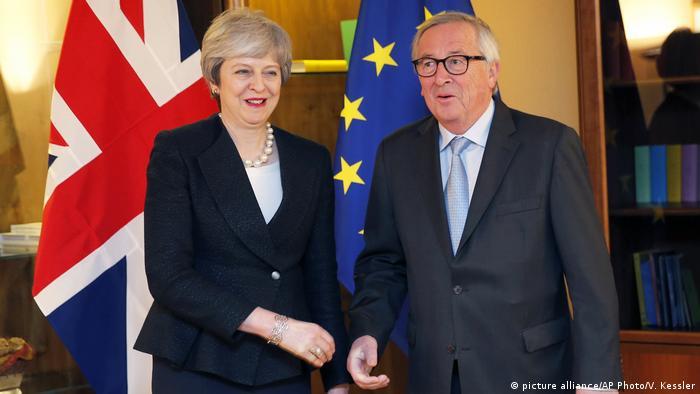 Frankreich Brexit l Theresa May trifft sich mit Juncker in Strassburg (picture alliance/AP Photo/V. Kessler)