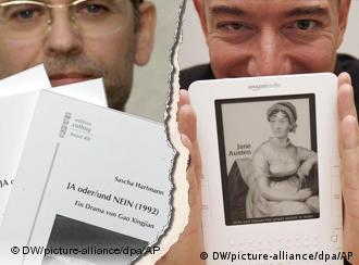 Un hombre sostiene un libro en papel, y otro, un libro digital.