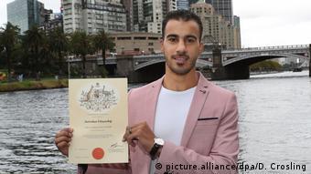 Australien Hakim Al-Araibi aus Bahrain mit Einbürgerungsurkunde (picture.alliance/dpa/D. Crosling)