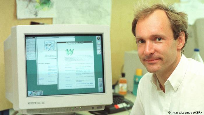 Tim Berners-Lee, inventor da internet, diante de tela de computador em 1994