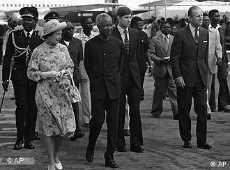 Der erste Staatspräsident Julius Nyerere empfängt Queen Elisabeth II, 1979 (Bild: AP)