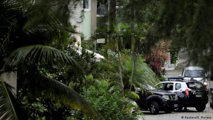 A polícia na casa de um dos suspeitos: mesmo condomínio do presidente Bolsonaro