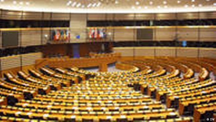 Sala plenarna PE chwilowo świeci pustkami (DW)