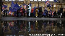 12.03.2019, Großbritannien, London: Pro-EU-Demonstranten nehmen mit Fahnen an einer Kundgebung vor dem britischen Parlament teil. Die britische Premierministerin May hat das Parlament in London eindringlich dazu aufgerufen, für das nachgebesserte Brexit-Abkommen zu stimmen. Foto: Tim Ireland/AP/dpa +++ dpa-Bildfunk +++ |