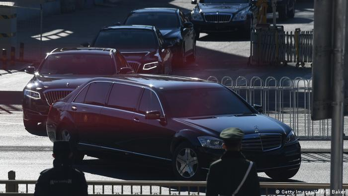 Comitiva do líder norte-coreano Kim Jong-un deixa a estação central de Pequim numa frota de carros de luxo da Mercedes-Benz
