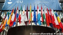 ARCHIV - 19.03.2014, Belgien, Brüssel: Vor einem EU-Gipfel, am Haupteingang des Gebäudes des Europäischen Rates in Brüssel sind europäische Flaggen aller EU-Staaten zu sehen. Die Anti-Korruptions-Organisation Transparency International bemängelt Geheimniskrämerei und mangelnde demokratische Kontrolle bei den Treffen der Euro-Finanzminister. (zu dpa «Transparency: Kaum demokratische Kontrolle in Eurogruppe» vom 05.02.2019) Foto: Julien Warnand/EPA/dpa +++ dpa-Bildfunk +++  