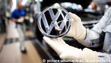 Deutschland VW-Werk in Wolfsburg | Logo vor Montage