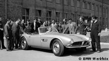 BMW - Historische Aufnahmen: Mitarbeiter der Fertigung umringen das erste Modell des BMW 507 1955