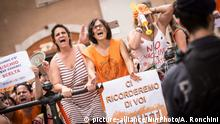 Protest against compulsory vaccination in Piazza Montecitorio during the final vote of Decree Law on Vaccines at the Chamber of Deputies,on July 28, 2017 in Rome, Italy. Amid a rise in measles cases in 2017 Italy's lawmakers have made vaccinations mandatory for children at school registration. The vaccinations are to help protect children from birth to age 16 from 12 diseases including measles, mumps, polio, rubella, tetanus and whooping cough. | Keine Weitergabe an Wiederverkäufer.