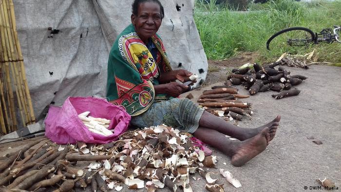 Mosambik Namacata - Maniokwurzeln als Lebensmittel (DW/M. Mueia)