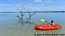A boy on a boat on Lake Partwitz (picture-alliance/dpa/P. Pleul)