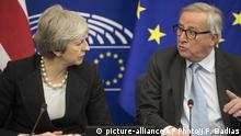 Straßburg Brexit-Verhanndlung | Theresa May & Jean-Claude Juncker (picture-alliance/AP Photo/J.F. Badias)