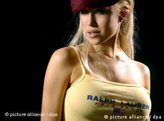 Das schwedische Model Frida Karlsson bei einer Modenschau am 9.4.2004 in Stockholm. Auch der Blondine wird eine Liaison mit Fußballer David Beckham nachgesagt.
