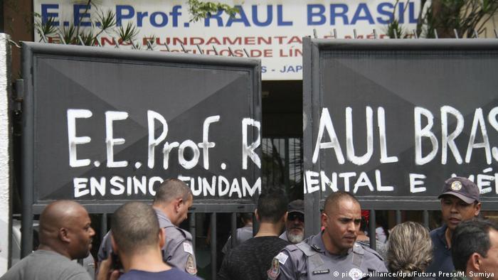 Policiais diante da Escola Estadual Professor Raul Brasil