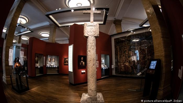 Cruz de pedra secular com brasão português exposto no Museu Histórico Alemão em Berlim