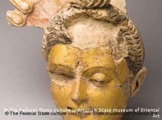 Κεφαλή Βούδα από πηλό, επιχρυσωμένο - Κρατικό Μουσείο Τέχνης της Μόσχας (3 αι. μ.Χ)