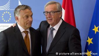 Ungarn, Budapest: Ungarn entfernt Anti-EU Soros Wahlplakate (picture-alliance/AP/V. Mayo)