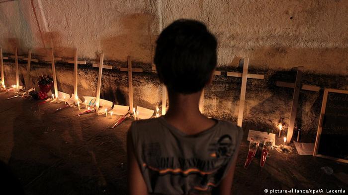 Velas e cruzes lembram os 12 mortos em um ataque a tiros em uma escola em Realengo, no Rio
