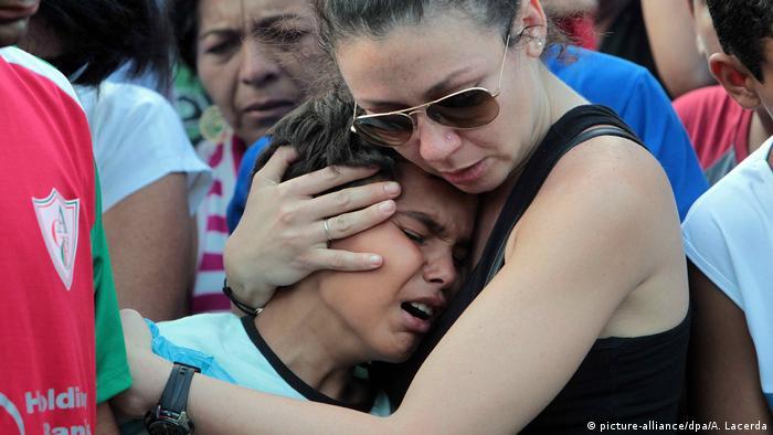 Colegas e familiares lamentam a morte de alunos durante o massacre de Realengo, em 2011