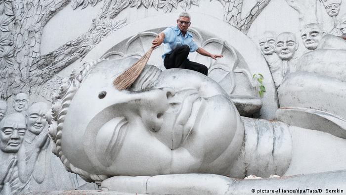 Ležeći Buda u pagoda Longšon u južnovijetnamskom gradu Nja Čang čisti se veoma pažljivo. Pritom se ta pažljivost mnogo više odnosi na čovjeka koji to radi nego na veliku skulpturu. Ona je ionako već preživjela mnogo toga: nesreće, ratove, pa i jednu selidbu.