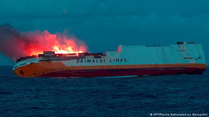 France Brittany Coast Threatened By Oil Spill After Cargo Ship Sinks News Dw 14 03 2019