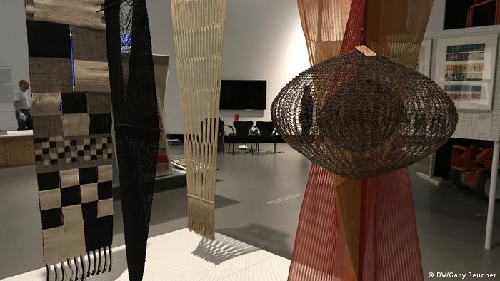 Gewebte Teppiche und Vergküpgte Seile hängen von der Decke, Bauhaus Imaginista Ausstellung in Berlin