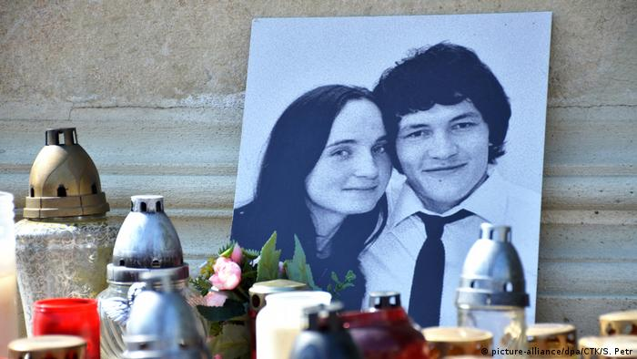 A memorial to murdered Slovak journalist Jan Kuciak (r.) and his fiancee Martina Kusnirova (picture-alliance/dpa/CTK/S. Petr)