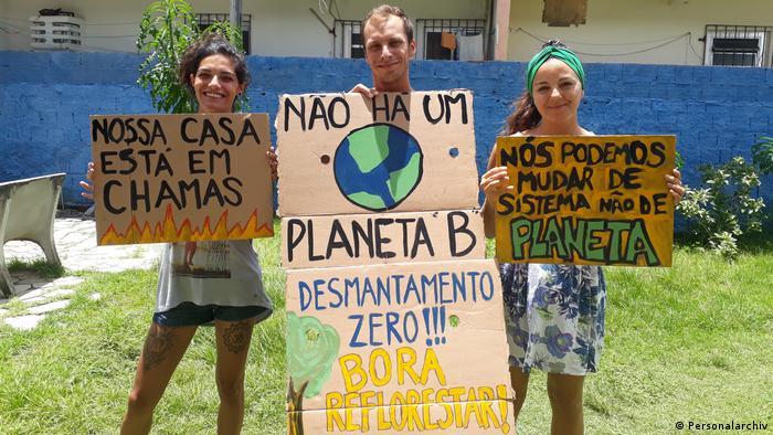 Manifestantes de Recife, no Brasil, mostram cartazes que serão usados na Fridays for Future