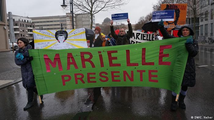 Manifestantes seguram cartaz com as palavras Marielle presente em Berlim