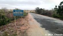 2018 Ortsschild des Ortes Meluco, im Distrikt Meluco und in der Provinz Cabo Delgado in Nord-Mosambik gelegen