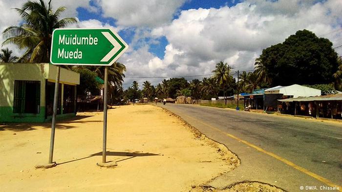 Mosambik Straßenschild am Abzweig in Richtung Muidumbe und Mueda