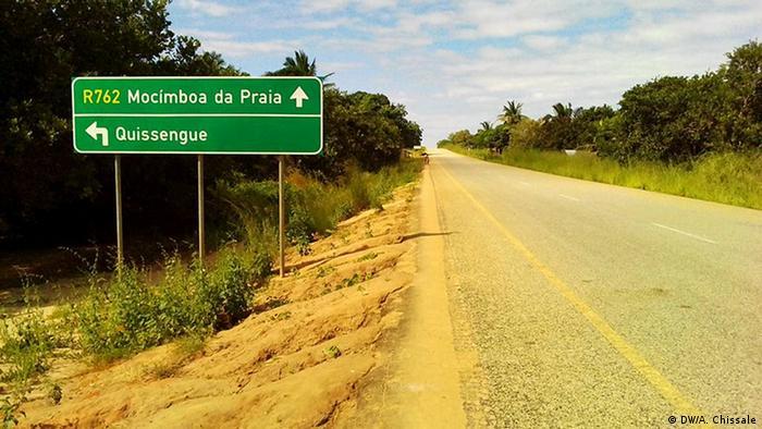 Mosambik Straßenschild am Abzweig in den Ort Quissenge