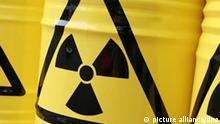 Symbolische Atommüllfässer, aufgenommen am Freitag (01.08.2008) in München (Oberbayern) während einer Protestaktion der Grünen. Foto: Tobias Hase dpa/lby +++(c) dpa - Report+++