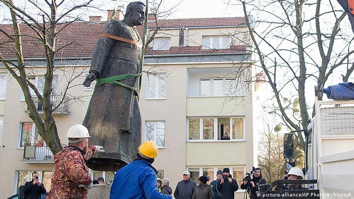 Polen Bauarbeiter entfernen eine Statue in Danzig (picture-alliance/AP Photo/W. Strozyk)