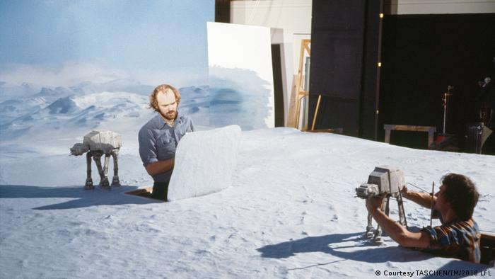 Phil Tippett und Jon Berg stellen Modelle auf weißem Untergrund auf (Courtesy TASCHEN/TM/2018 LFL)
