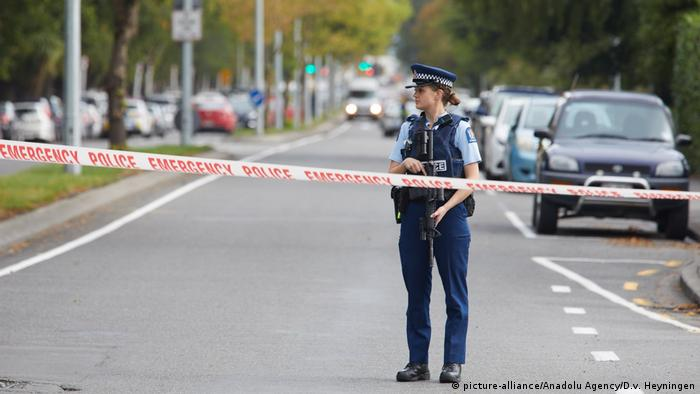 Police officer on road in Christchurch (picture-alliance/Anadolu Agency/D.v. Heyningen)