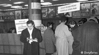 Αριστερά η πινακίδα αναγράφει στα γερμανικά: «Εδώ εισιτήρια έκτακτων δρομολογίων για ξένους γκασταρμπάιτερ»